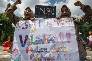 Indonezijos moksleiviai protestavo prieš Valentino dieną