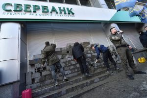 Ukraina įveda sankcijas Rusijos kapitalo bankams