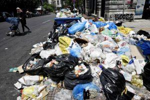 Streikuojant atliekų surinkėjams Atėnai skęsta šiukšlėse