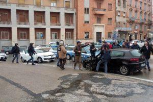 Italijoje iš pravažiuojančio automobilio pašauti šeši žmonės