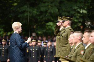 Karo akademijos absolventams suteiktas pirmasis karininko laipsnis