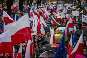 Lenkijoje tūkstančiai žmonių protestavo prieš teismų reformas