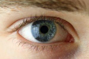 Mokiniui lazeriu išdeginta akis: teismas priteisė žalą