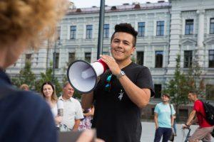 """Suimtas ekvadorietį užpuolęs vilnietis ir teisme šaukė """"Lietuva – lietuviams"""""""