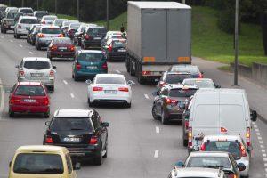 Latviai bijo taršių automobilių antplūdžio iš Lietuvos