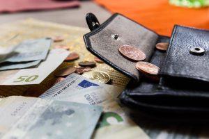 Po nepažįstamosios apsilankymo senjorė neberado piniginės