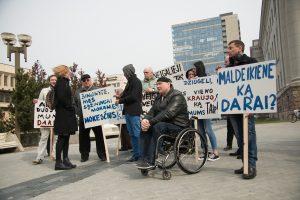 Apie 200 neįgaliųjų prie Seimo prašė neatimti iš jų darbo