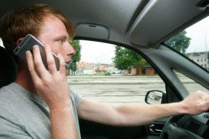 Vairuotojai vis dar mėgsta paplepėti mobiliuoju telefonu