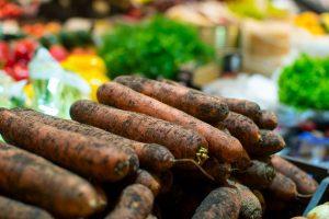 Turguje pirkėjai reikalauja neplautų morkų