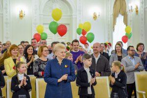 Vėliava iš prezidentės rankų – išradingiausiai šventusiems Vasario 16-ąją
