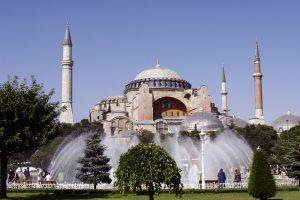 """Musulmonai reikalauja leisti melstis Turkijos muziejuje """"Hagia Sophia"""""""