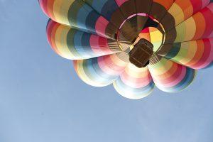 JAE dykumoje nukritus oro balionui sužeisti šeši turistai