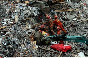 Mergaitės gyvybę namo griuvėsiuose išgelbėjo jos tėvo kūnas