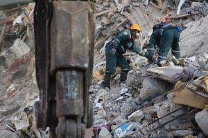 Rusijoje per dujų sprogimą smarkiai apgriautas daugiaaukštis namas, žuvo žmogus