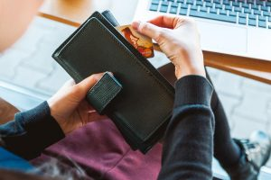 Sukčiai nusitaikė į socialinių tinklų vartotojus − siūlo neteisėtą uždarbį