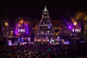 Šventinis maratonas prasideda: įžiebta Kauno Kalėdų eglė