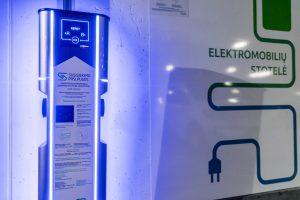 Savivaldybė svarsto leisti EV raidėmis žymėtus elektromobilius parkuoti nemokamai