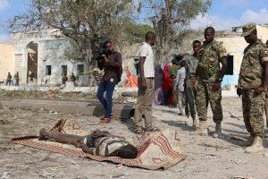 Somalio sostinėje per mirtininko išpuolį žuvo 16 žmonių
