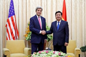 Paskutinį užsienio vizitą pradėjęs J. Kerry vieši Vietname