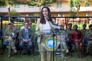 JT pasiuntinė A. Jolie ragina geriau elgtis su pabėgėliais