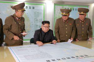Šiaurės Korėjos lyderis atidėjo planą paleisti raketų Guamo link