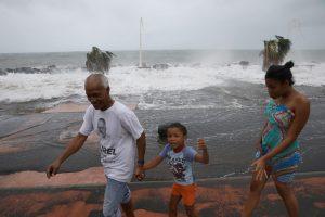 """Uraganas """"Maria"""" nusinešė pirmąją gyvybę"""