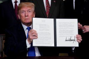 Smūgis Kinijai: D. Trumpas pasirašė sprendimą kiniškų prekių importui