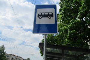 Sostinėje automobilis įvažiavo į autobusų stotelės ženklo stulpą