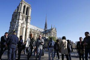 Paryžiuje policininkas pašovė jį užpuolusį vyrą