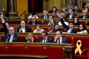 """Katalonijos parlamentas smerkia Madrido """"autoritarizmą"""" ir gina C. Puigdemont'ą"""
