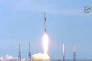 """Krovinių kapsulė """"Dragon"""" atskrido į Tarptautinę kosminę stotį"""