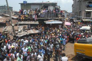 Lagose sugriuvusiame pastate įstrigę dešimtys vaikų