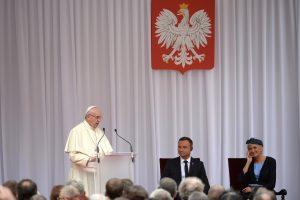 Popiežius ragina lenkus priimti žmones, bėgančius nuo konfliktų ir vargo