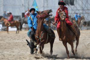 Kirgizijoje vyksta pasaulio klajoklių žaidynės, jas stebi kino žvaigždė S. Seagalas