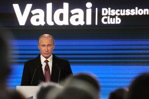 V. Putinas kaltinimus esą Rusija kišasi į JAV rinkimus vadina isterija