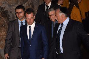 Izraelio ministras kritikuojamas už brangią dovaną Rusijos premjerui