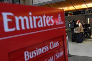 """""""Emirates"""" pradėjo skolinti keleiviams planšetinius kompiuterius skrydžių į JAV metu"""