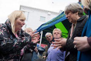 Britų premjerei pasipiktinusi rinkėja priekaištavo dėl sumažintų išmokų