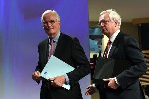 """""""Brexit"""" derybininkai: ES ir Britanija pirmiausiai tarsis dėl savo piliečių teisių"""