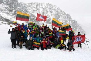 Valstybės atkūrimo šimtmečio proga iškėlė 100 trispalvių Tatrų kalnuose