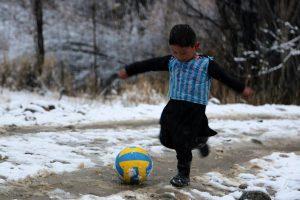 """Afganistano """"mažasis Messi"""" laukia susitikimo su savo futbolo dievaičiu"""