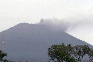 Ugnikalnis Indonezijos Balio saloje vėl spjaudosi pelenais