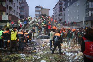 Stambule sugriuvo septynių aukštų namas