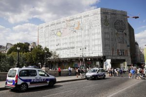 Paryžiuje ginkluotas nusikaltėlis apiplėšė brangių laikrodžių parduotuvę