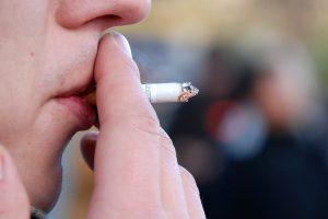 Seime – vėl siūlymas uždrausti rūkyti balkonuose