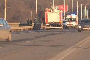 Padėti ant Varnių tilto sėdėjusiam vyrui atskubėjo gelbėtojai