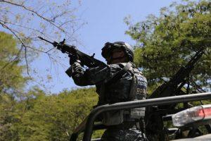 Meksikoje ginkluoti užpuolikai surengė pasalą kariniam konvojui, žuvo 4 kariai