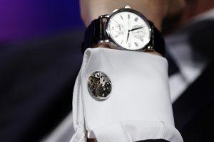 Plėšikas nuo rankų numovė laikrodį ir žiedus