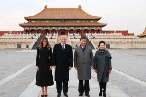 """D. Trumpas džiaugiasi """"nepamirštamu"""" priėmimu Pekine"""