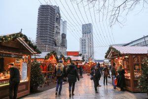 Susikaupę, bet neįbauginti berlyniečiai sugrįžta į atsidariusią kalėdinę mugę